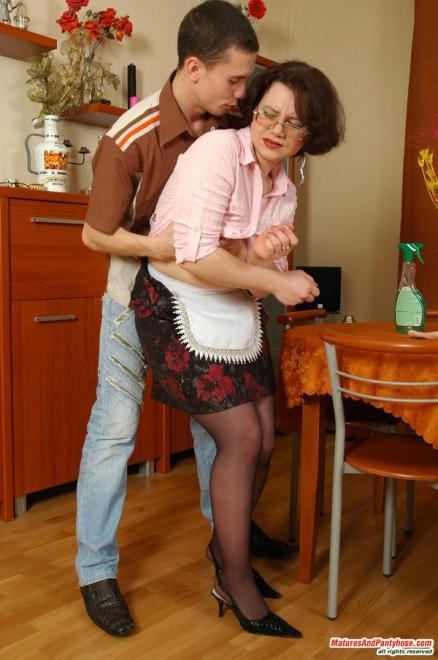 Зрелая женщина в очках и колготках трахается на столе с малолеткой