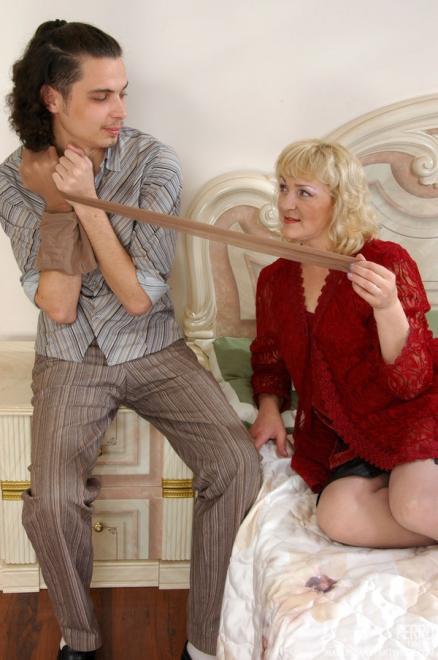Зрелая женщина в красном трахается с фетишистом в колготках