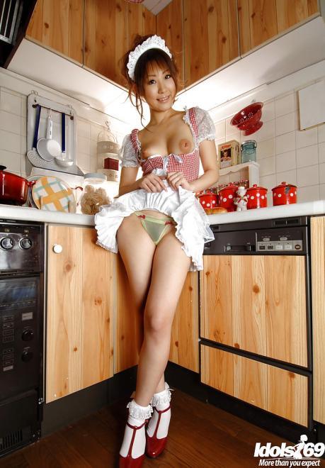 Красивая девушка азиатка с волосатой писей в форме уборщицы