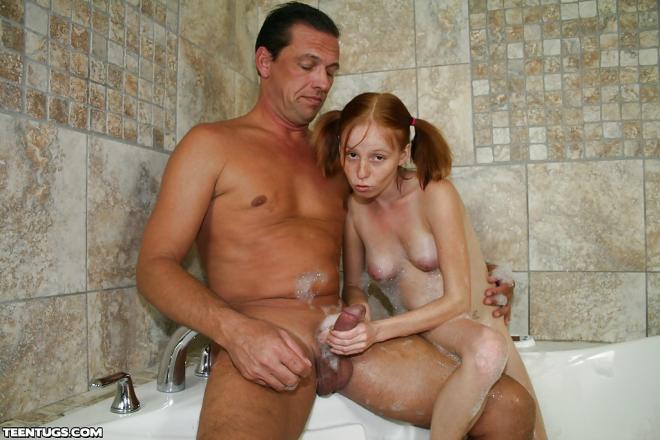 Красивая девушка подросток дрочит папе хуй в ванной