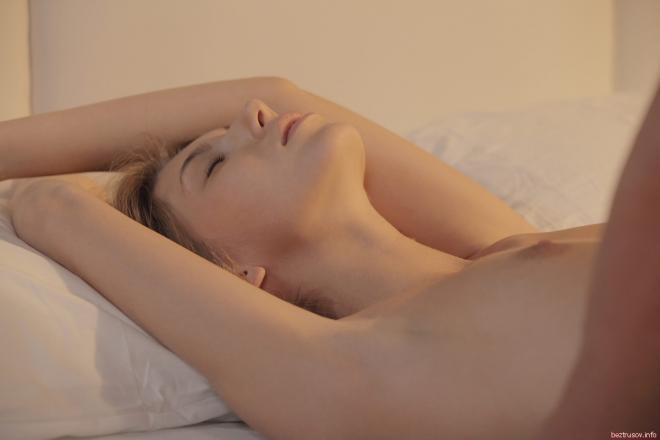 Нежный секс в гладкую писю крупно на порно фото