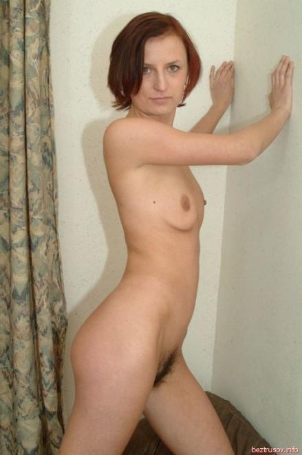 Взрослая женщина с плоскими титьками и лохматой вагиной