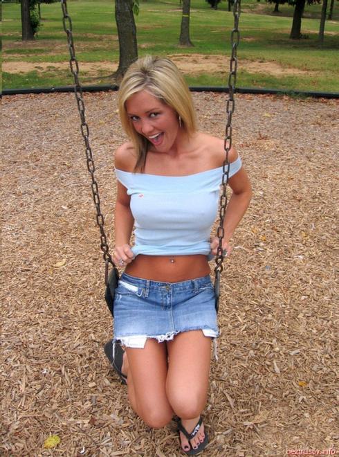 Любительское фото красивой блондинки с голой писей на улице