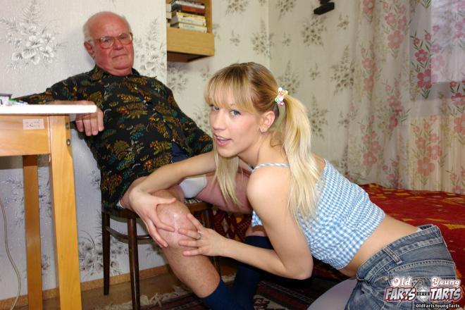 Инцест с маленькой девочкой трахающейся с дедушкой