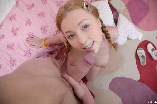 Трахает маленькую девочку с косичками в попку