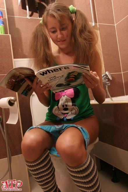 Худенькая маленькая девочка показывает письку и сосёт хуй в туалете