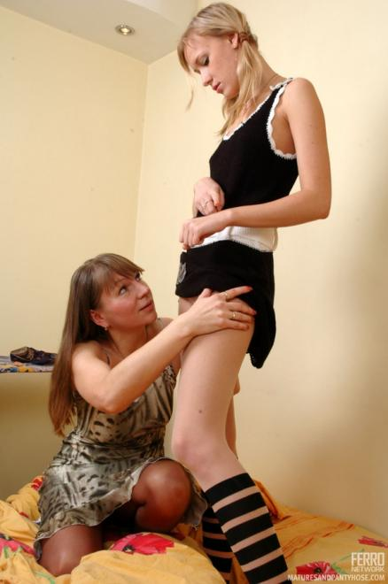 Мама лесбиянка лижет писю дочке