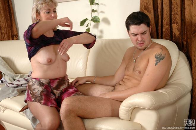 Полная пожилая мама принуждает сына к сексу
