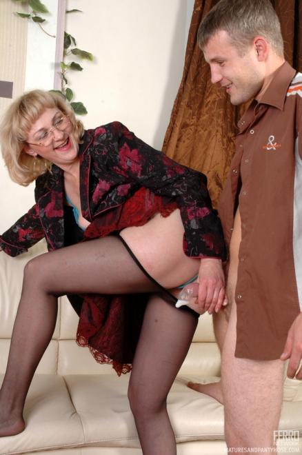 Зрелая женщина учительница занимается любовью в колготках
