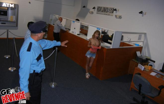 Молодая блондинка сосёт и трахается в машине с полицейским