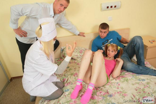 Малышке девственнице кончают на лицо после первого группового секса