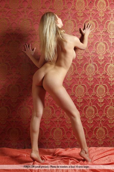 Шикарная позирующая блондинка с голой грудью и писькой