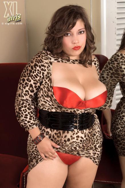 Полненькая бабёшка в леопардовом платье показывает стриптиз