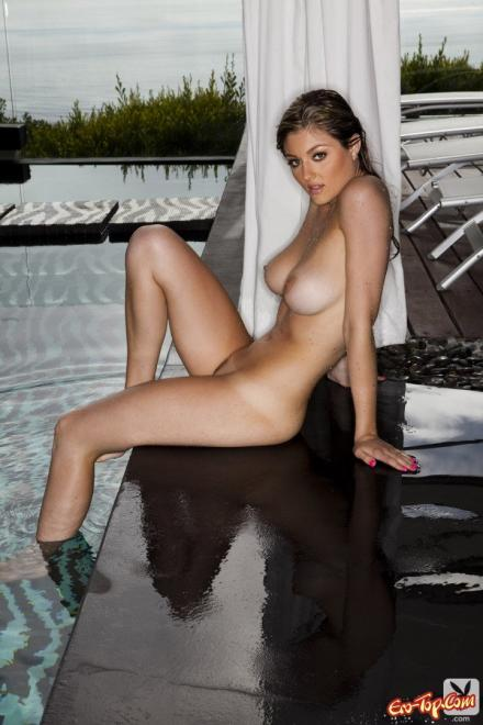 Сексуальная блондинка мокрой в бассейне для порно журнала