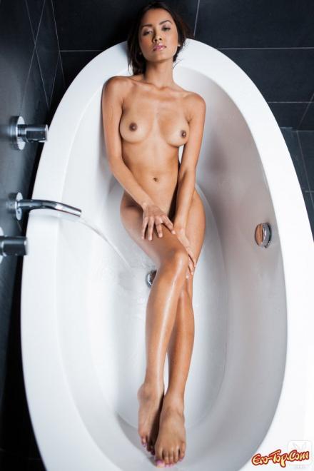 Стройная шатенка мастурбирует пилотку в ванной для порно журнала