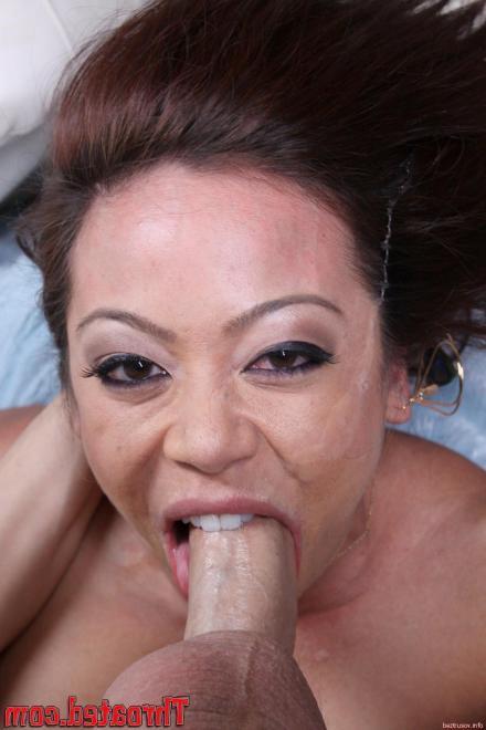 Проститутка азиатка мастурбирует пенис сиськами и сосёт