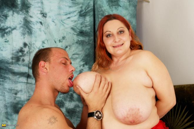 rizhaya-pishechka-masturbiruet