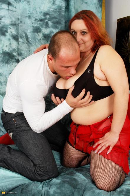 studentka-rizhaya-pishechka-masturbiruet-ebut