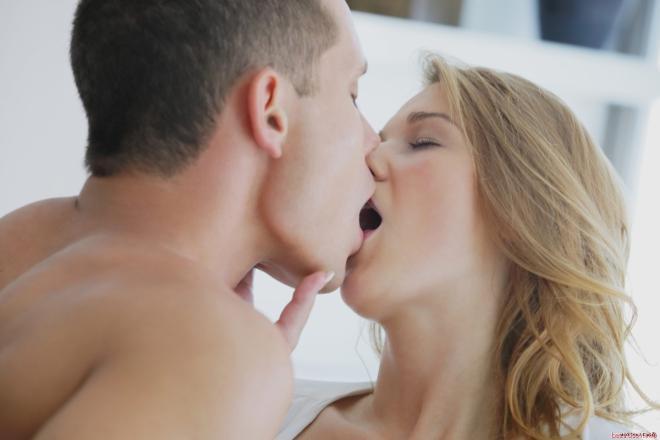 Развратные фото красивого секса на столе в кухне