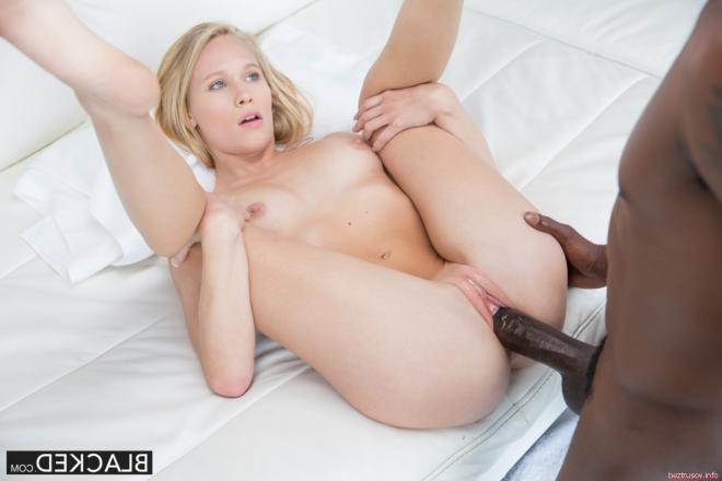 Молоденькая блондинка раздвигает ноги толстому чёрному члену