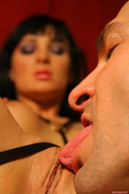 Развратная модель раздвигает ноги для анального секса после куни
