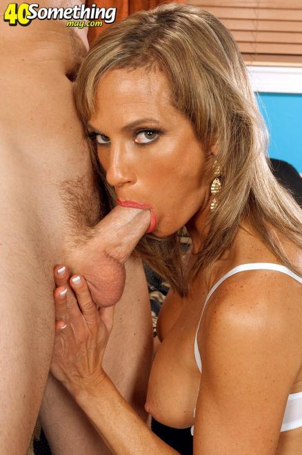Красивая русская мама сосёт хуй после анилингуса