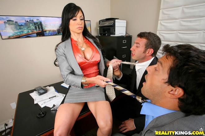 Два хуя в дырках зрелой секретарши и секс в офисе