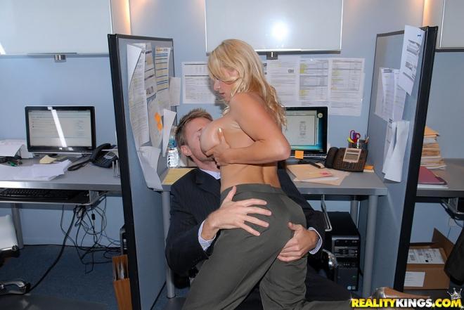 Сперма на огромных сиськах секретарши после дрочки и ебли