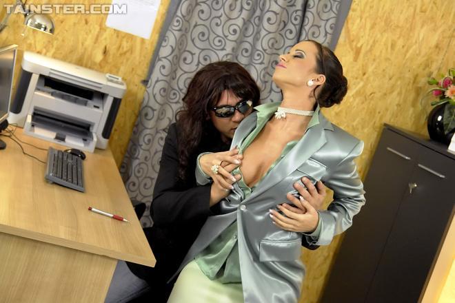 Секретарша извращенка трахается и писает на партнёра