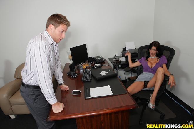 Горячий секс с секретаршей отодвинув трусики