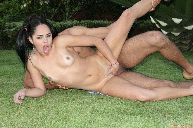 Секс фото плоской американки, скачущей на члене на природе