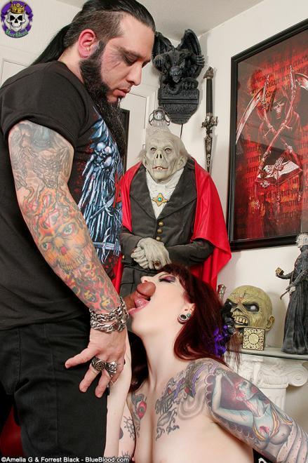 Девушка с татуировкой делает отсос парню с тату