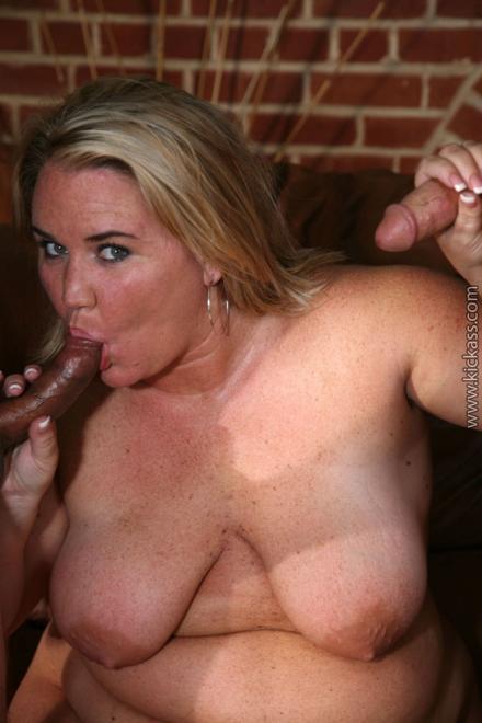 Групповой секс с толстухой блондинкой и два хуя во рту