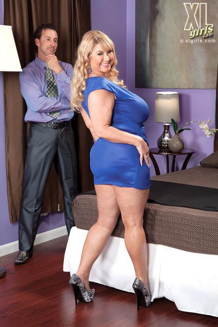 Толстуха блондинка на высоких каблуках делает минет до спермы