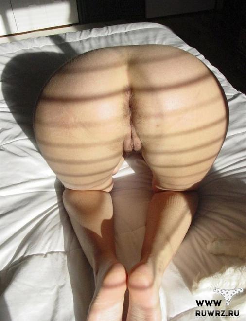 Бабища с широкими бёдрами в сексуальных кожаных шортах