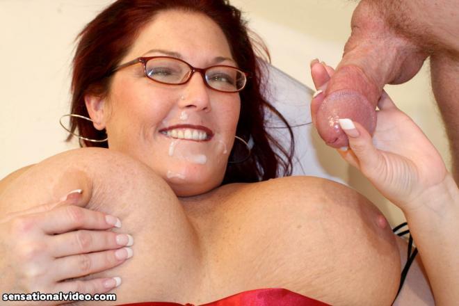 Эякулирует толстухе в очках на лицо после секса в пизду