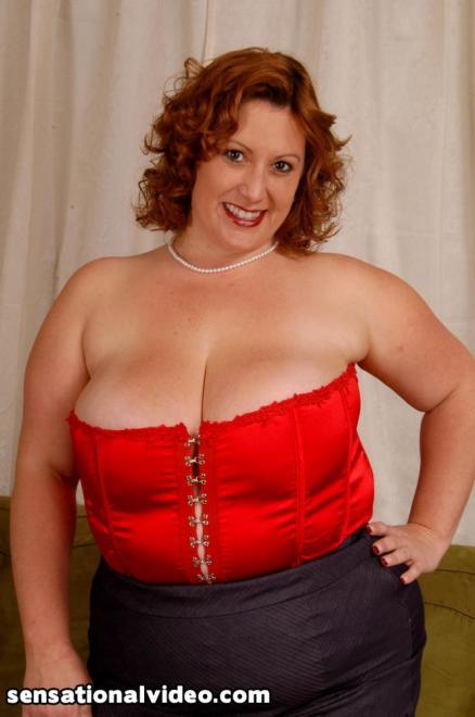 Эякуляция на лицо толстой рыжей даме в красном корсете
