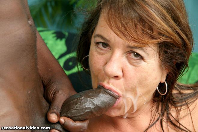 Межрасовый секс в матку со старой женщиной и эякуляция на лицо