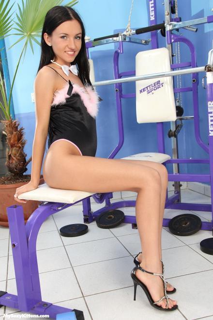 Секс с худенькой малолеткой в спортзале в письку