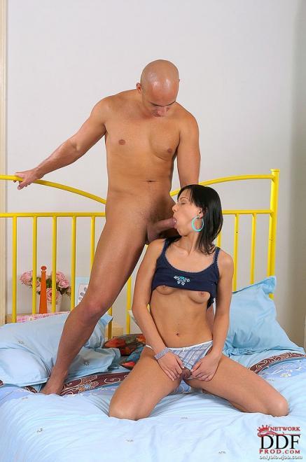 Минет и оральный секс с малолеткой на кровати