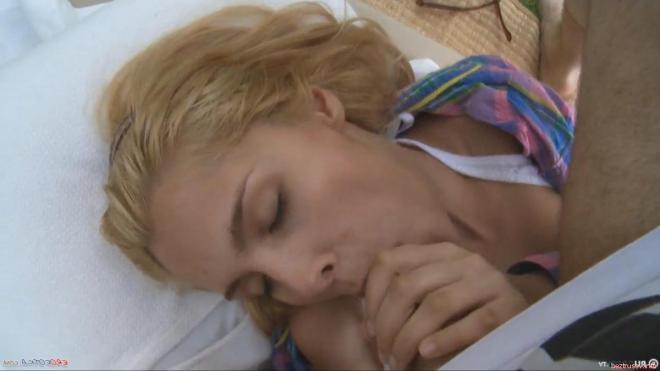 Секс со спящей девчонкой на улице закончился минетом