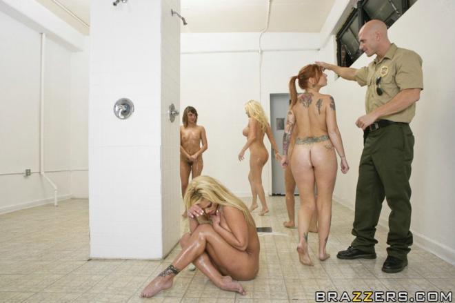 Лысый полицейский ебёт блондинку с силиконовыми сиськами в душе