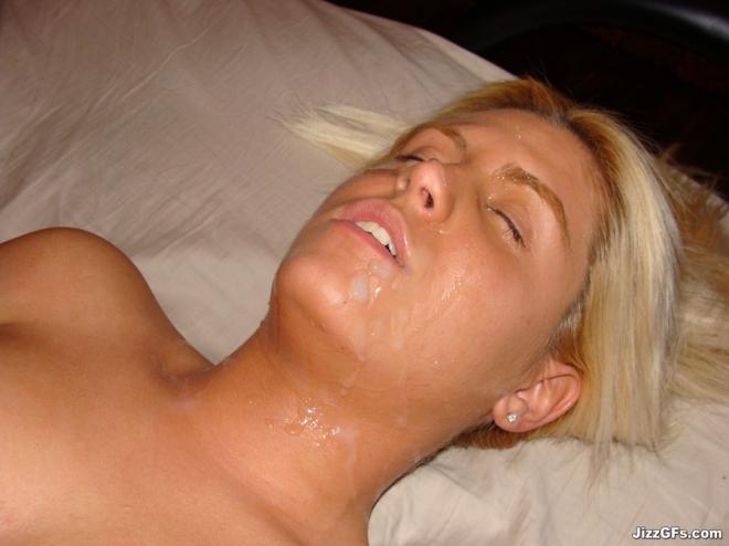 Обнажённая девка сосёт пенис и получает сперму на лицо