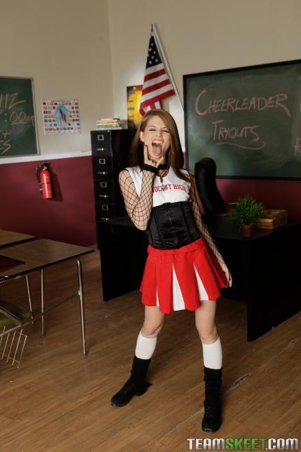 Симпатичная студентка в сексуальном костюме соблазняет учителя