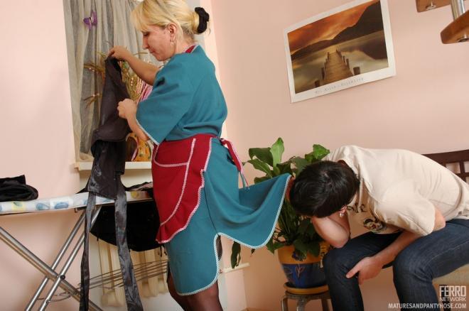 Молодой ёбарь принуждает к сексу тётю домработницу