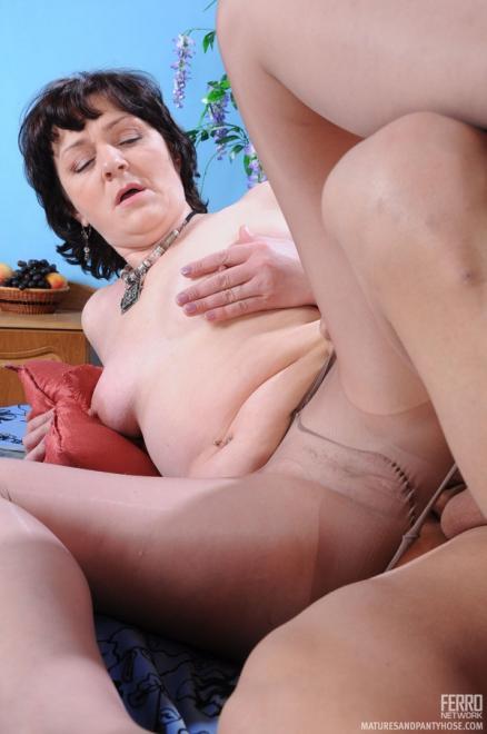 Фут фетишист по колготкам трахает тётю и дрочит пенис