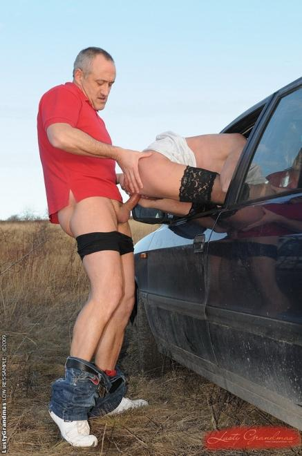Мужик ебёт тёщу в чулках в лесу и в машине