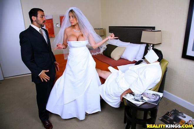 Сисястая невеста с силиконовыми сиськами ебётся, не снимая свадебного платья