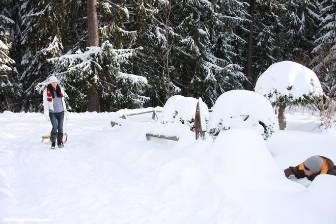 Секс с горячей малолеткой на снегу в лесу