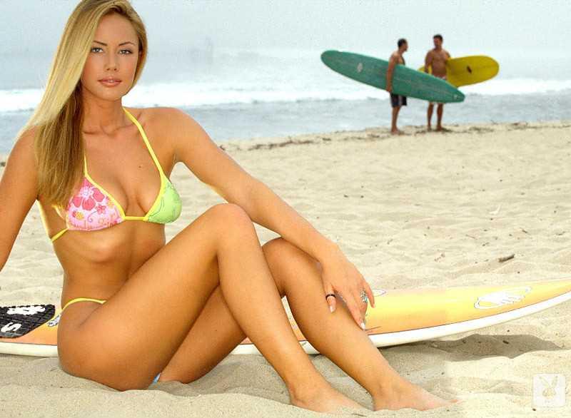 Красивая блондинка из Playboy снимает трусики с волосатой киски